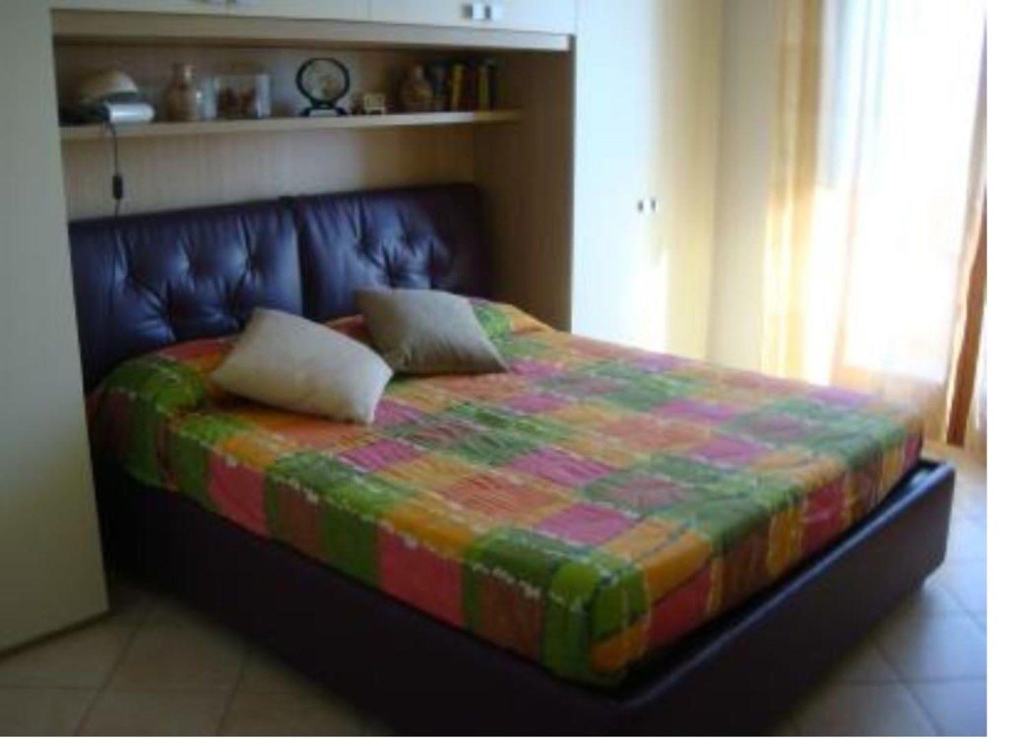 Vendesi trifamiliare al piano secondo in ottime condizioni for Piano terra con 3 camere da letto con garage